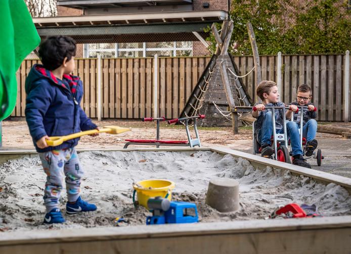 Bij kinderdagverblijf de Grabbelton in Geldrop is een noodopvang opgezet. De paar kinderen die er zijn hebben het rijk alleen.