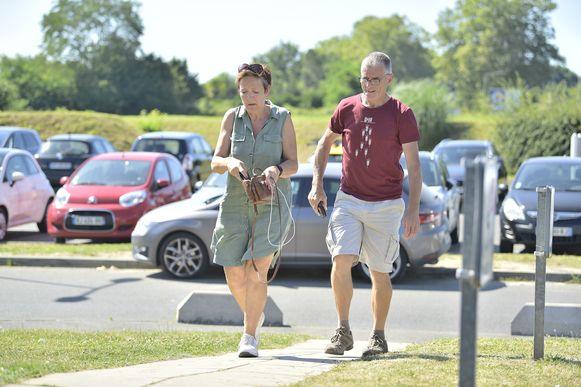 De ouders van Wout van Aert arriveren aan het ziekenhuis in Pau.