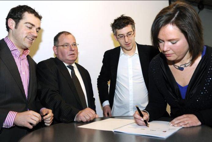 De winnaars van de gemeenteraadsverkiezingen in Breda, tekenen in 2010 hun programakkoord. Naast Klaas Dijkhof staan Andre Lips (CDA), Selcuk Akinci (GroenLinks) en Saskia Boelema (D66)