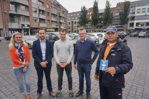 (vlnr) Ambtenaar lokale economie Els Vanhoorne, burgemeester Gauthier Defreyne (Open Vld), schepen Dries Depoorter (Open Vld), raadslid Geert Cappelle (Open Vld) en parkeerwachter Raúl.