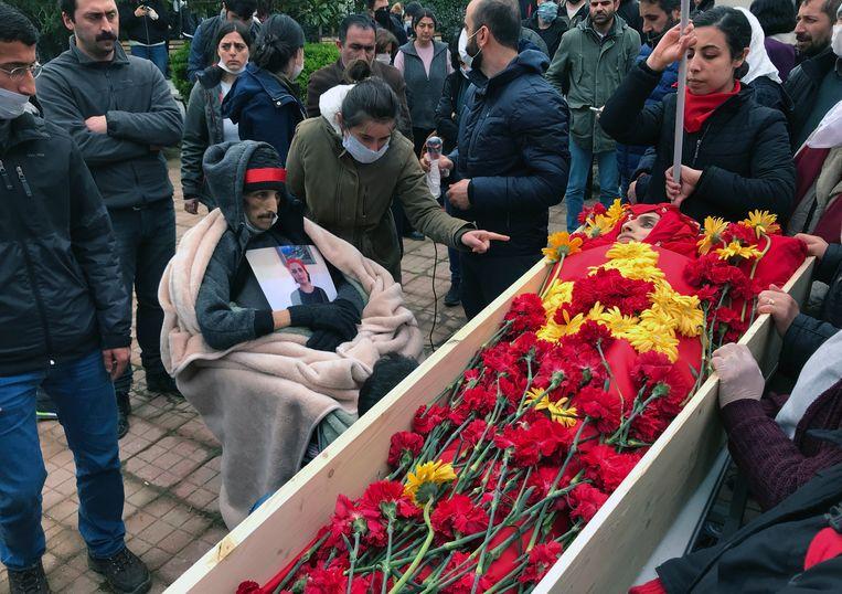 De kist van Helin Bölek, die op 28-jarige leeftijd overleed na een hongerstaking van ruim negen maanden. Beeld AP