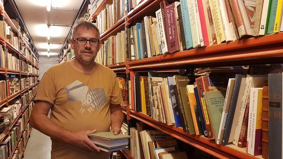 Jan Herbots tussen enkele van zijn honderdduizenden boeken.
