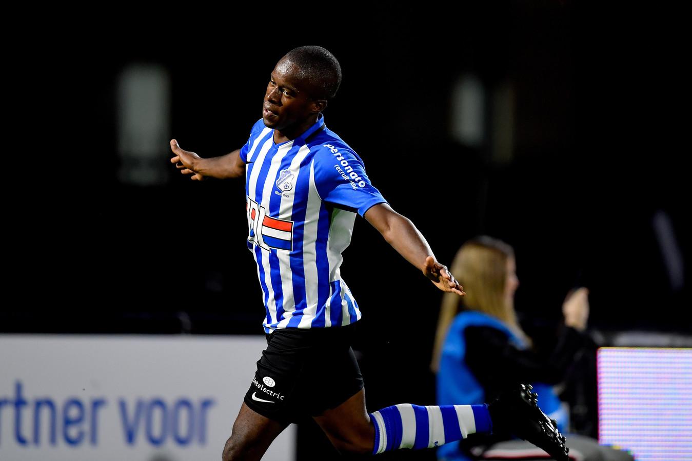 Marcelo Lopes vier zijn doelpunt. De vleugelspeler scoorde tegen FC Dordrecht maar liefst driemaal.