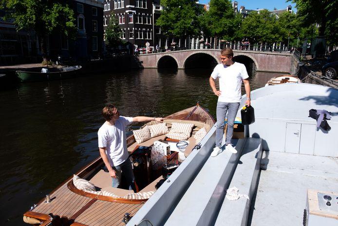 Oprichters Marnix Stokvis en Marc van Zuylen van Aquablu op de sloep.