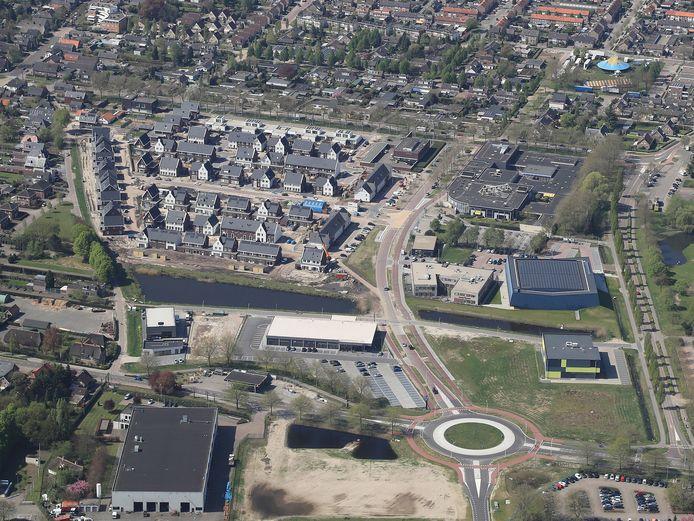 Midden onder de rotonde in de Lipsstraat, met recht naar boven de Tinie de Munnikstraat. Tussen de twee sporthallen (rechts) de Cees van Delftstraat, naar sportpark de Schroef (niet op foto). Rechts midden het d'Oultremontcollege. Geheel rechts de Prins Hendrikstraat, recht naar boven. Net voorbij de school gaat de Prins Hendrikstraat dicht.