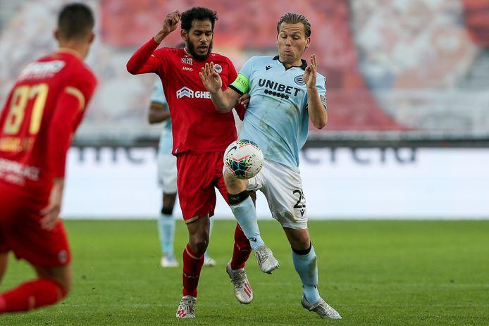 Ruud Vormer in duel met Faris Haroun van Royal Antwerp.