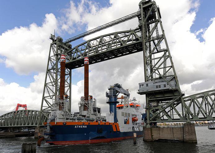 Het baggerschip Athena van Van Oord vaart onder De Hef door. Het bedrijf verkeert door de coronacrisis in zwaar weer.