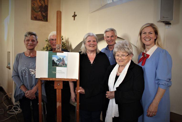 De kosteres (vooraan) omring door haar familie, bij de voorstelling van haar boek