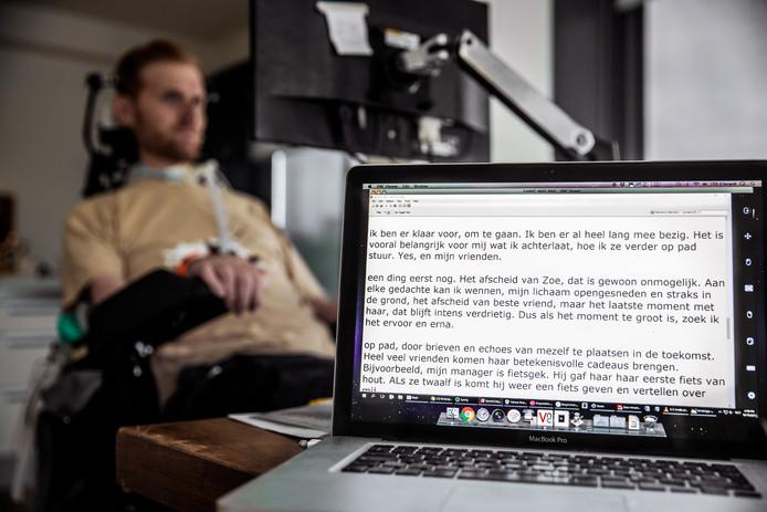 Met oogbewegingen stuurt Van Soest het toetsenbord van zijn computer aan, waardoor hij zijn gedachten leesbaar kan maken.