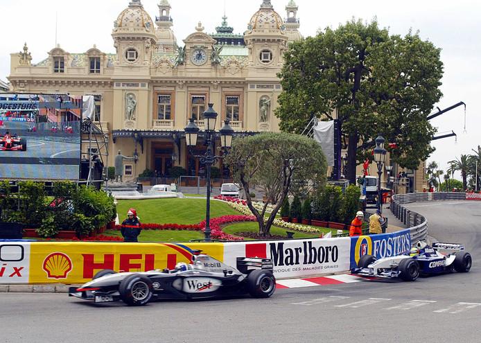 Een archieffoto uit 2002: David Coulthard en Ralf Schumacher sturen hun bolides langs het beroemde Casino van Monaco.