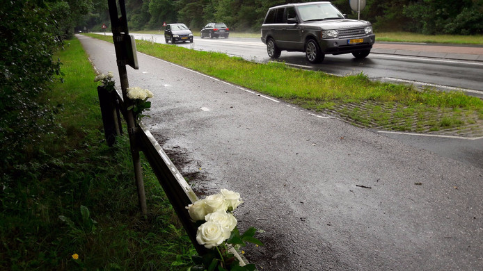 Onbekenden hebben witte rozen achtergelaten op de plek op de Apeldoornseweg.