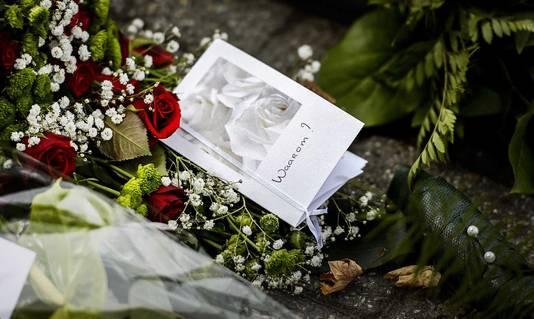 Bloemen op de parkeerplaats van het TweeSteden ziekenhuis in Waalwijk waar verpleegkundige Linda uit Zevenbergen werd doodgeschoten