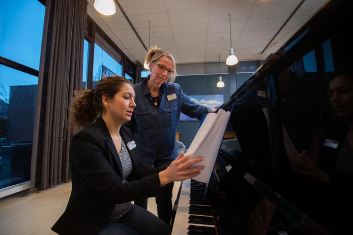 Logopedist Dorothea van Gaalen (r) en zangtherapeut Gerdien Lindeboom krijgen afasiepatiënten aan het spreken door ze te laten zingen.