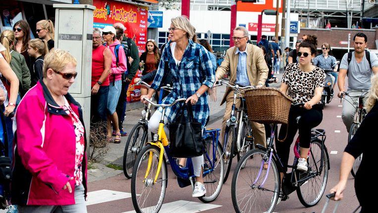 Loszittende tegels op Amsterdamse fietspaden leiden tot valpartijen onder fietsers en brom- en snorfietsers. Beeld ANP