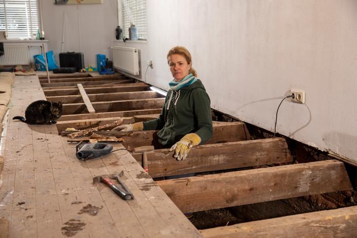 De woonkamer van Margo van Embden ligt open door wateroverlast.