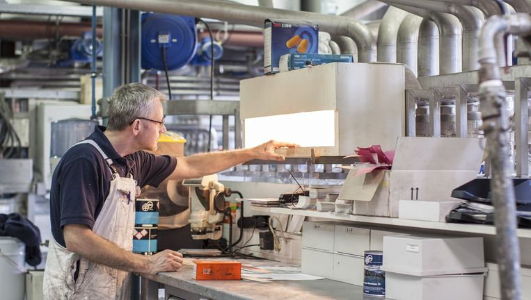 Een werknemer van Anker Stuy Verven in de productiehal in Terwispel. Beeld Raymond Rutting / de Volkskrant