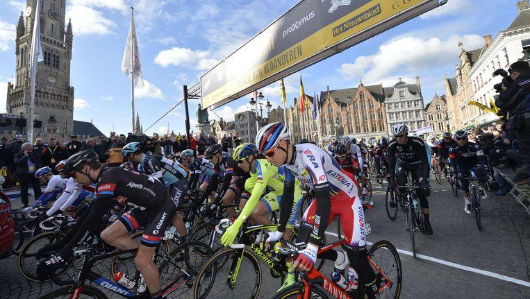 Wielrenners aan de start van de Ronde van Vlaanderen in Brugge vorig jaar Beeld anp