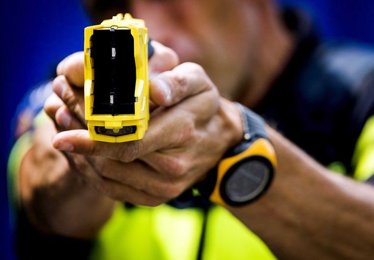 Een Nederlandse agent met stroomstootwapen. In Rotterdam werd vorig jaar gestart met het project.