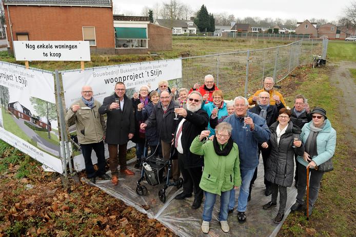 De toekomstige bewoners van 't Stijn bij de bouwlocatie in Deurne