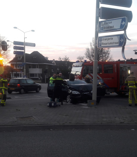 Auto vliegt uit de bocht en botst frontaal op een paal nabij het centrum van Apeldoorn