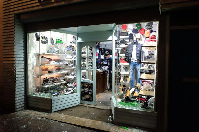 Aan de Grasmarkt werd de etalage van een schoenwinkel vernield.