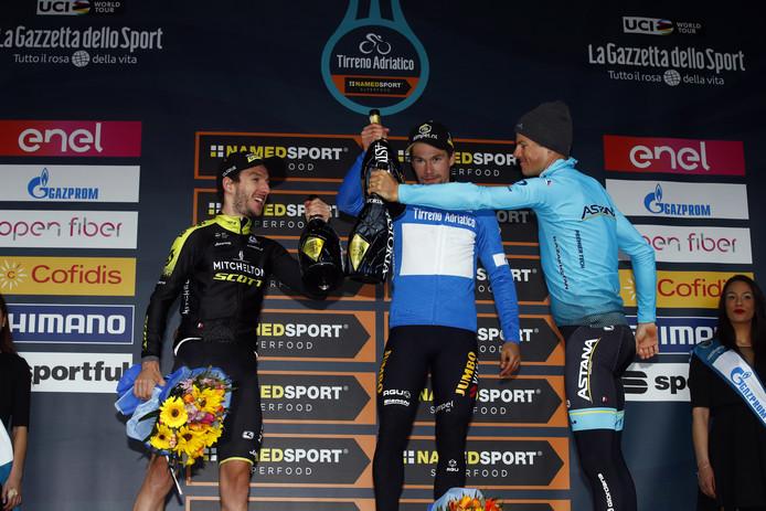 Het eindpodium: Adam Yates (L), Roglic (M) en Fuglsang.