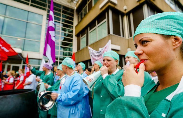 Ziekenhuismedewerkers hielden in oktober een lawaaiprotest bij het HMC Westeinde. Beeld ANP