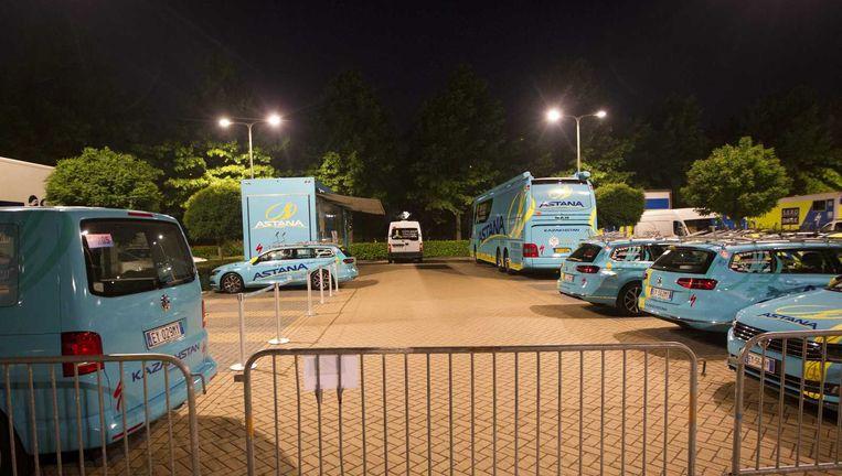 Auto's van de Astana-ploeg op de parkeerplaats van het hotel waar Lars Boom verblijft. De deelname van wielrenner aan de Tour de France staat op losse schroeven. Beeld anp