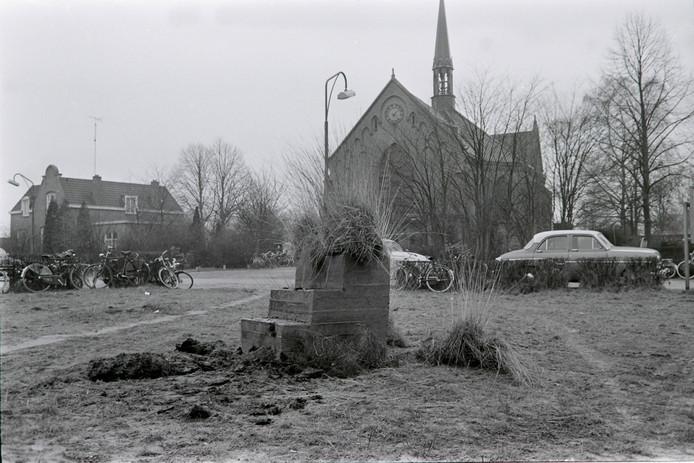 Carnavalsmonument in Asten-Heusden met de Sint Antoniuskerk op de achtergrond: volgend jaar viert het dorp zijn 100-jarige bestaan.