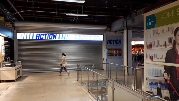 De rolluiken van de Action in winkelcentrum Dukenburg zijn vanwege de overval nog gesloten.