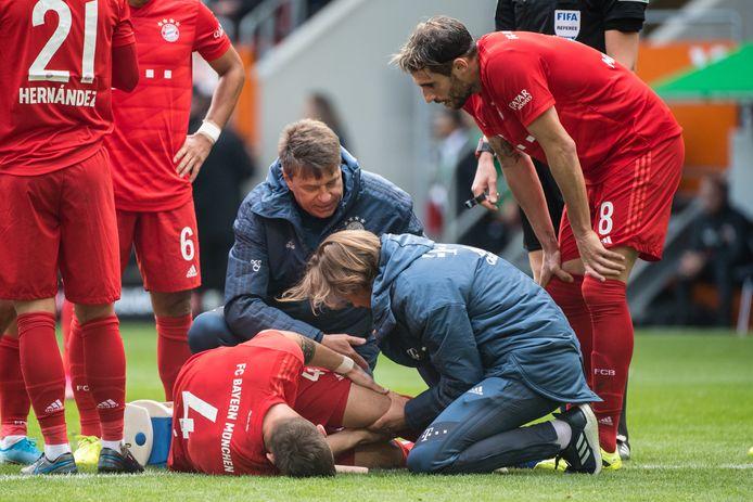 Niklas Süle vergaat van de pijn.