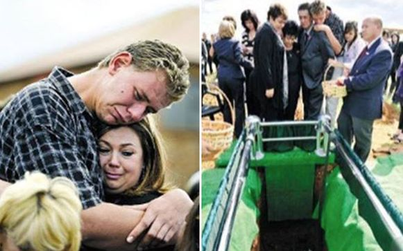 """""""De voorbije negen jaar waren een hel"""", zeggen de moeder en broer van Chantelle. Hier staan ze op een foto tijdens de begrafenis."""