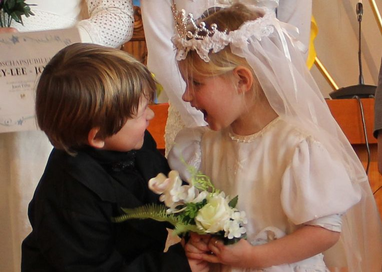 Robbe en Anna konden het goed met elkaar vinden op het kleuterhuwelijk in Ingelmunster.