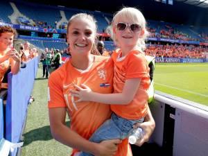 Een dikke knuffel van Lieke Martens voor voetbalgekke Lente (6) uit Nijkerk