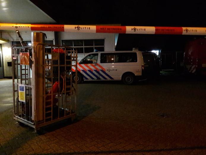 Twee arrestanten worden vastgehouden in het politiebusje.