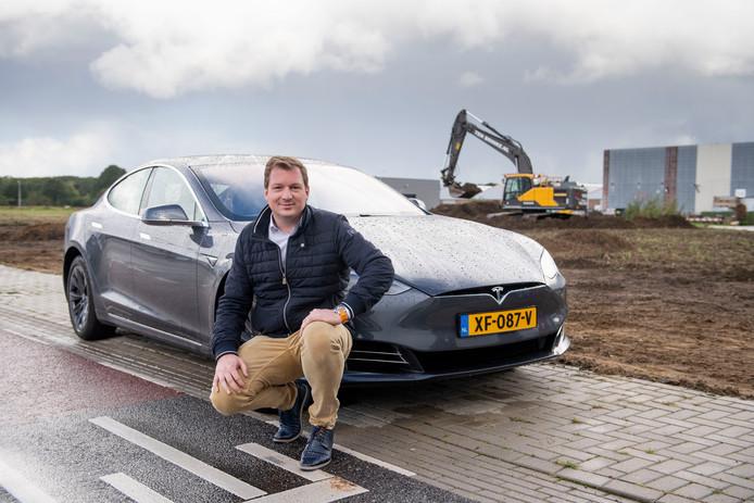 """VVCR-directeur Emiel Pross bij de locatie van de nieuwbouw. """"Een bestuurder van een elektrische auto moet aan tijdsplanning doen."""""""