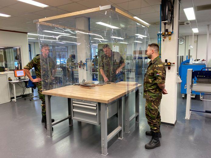 Militairen van de technische opleiding op de luchtmachtschool krijgen sinds deze week les achter plastic Zo kunnen ze toch van dichtbij zien wat hun instructeur doet.