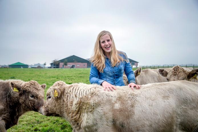 Anne de Jong (20, Zevenhoven) is gek van koeien en heeft een jaar twee drachtige Murray Grey koeien gekocht.