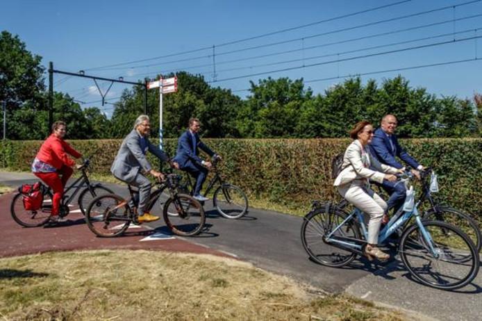 Liesbeth Grijsen (gemeente Deventer), Jos Penninx (gemeente Voorst), Wim Willems (gemeente Apeldoorn), Bea Schouten (provincie Gelderland) en Bert Boerman (provincie Overijssel) fietsen over een deel van de snelfietsroute.