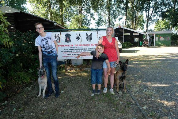 V.l.n.r. hond Banzai, Joery, Jonas, Stephanie en hond Usco.