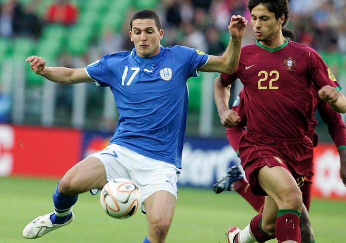 Ben Sahar (l) in actie in het blauw van Chelsea.