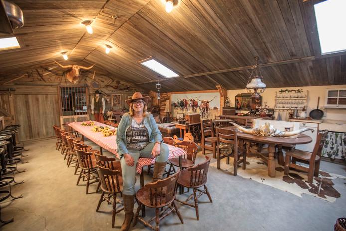 Marjanne Adriaans in haar instructielokaal op hun boerderij in Someren-Eind.