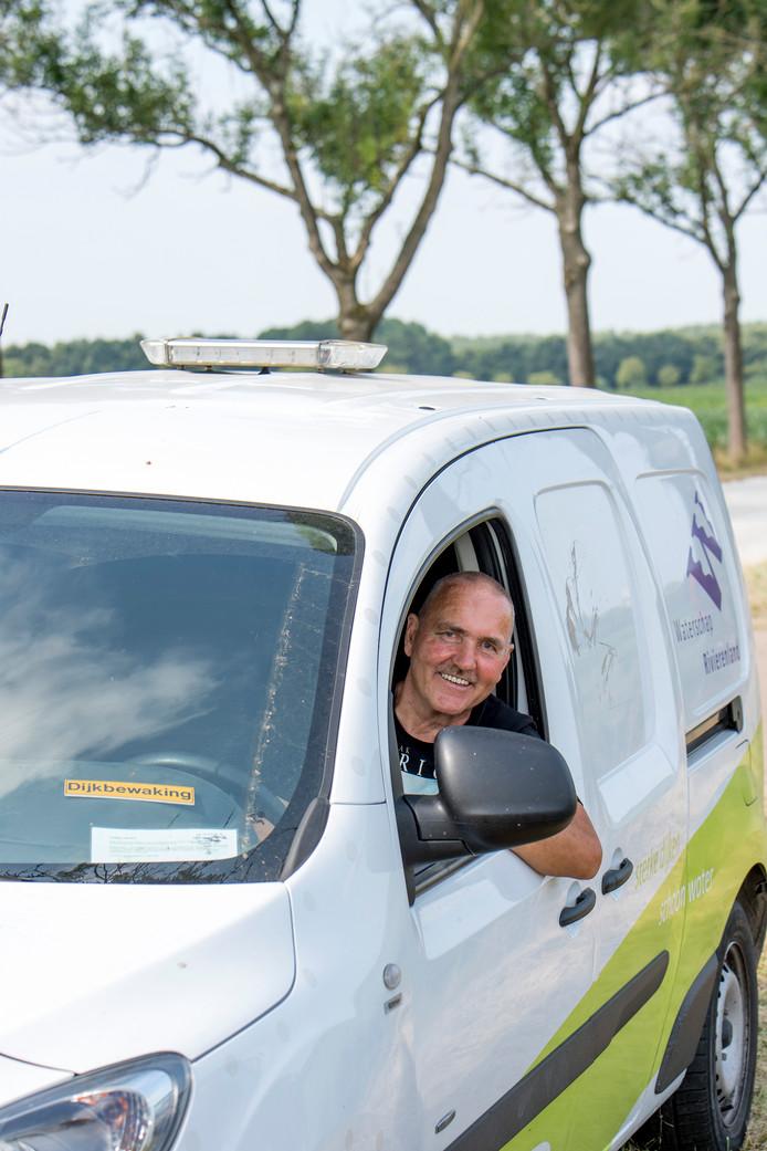 Hente van Zoelen in zijn dienstauto van het Waterschap Rivierenland.