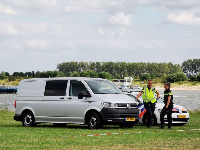 Politie na de vondst van een lichaam in Spijk.