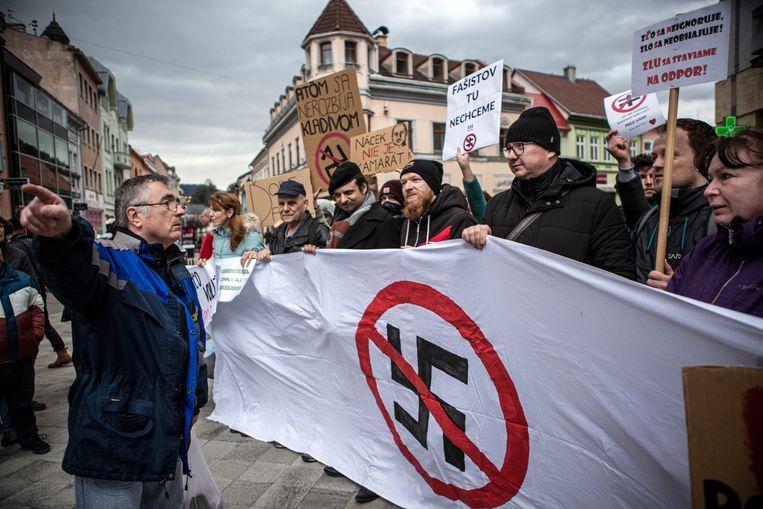 Een groep mensen demonstreert tegen een bijeenkomst van de rechts-extreme partij ĽSNS in de stad Ružomberok. Beeld Julius Schrank / De Volkskrant