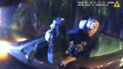 Politie redt inzittenden uit ondergelopen auto
