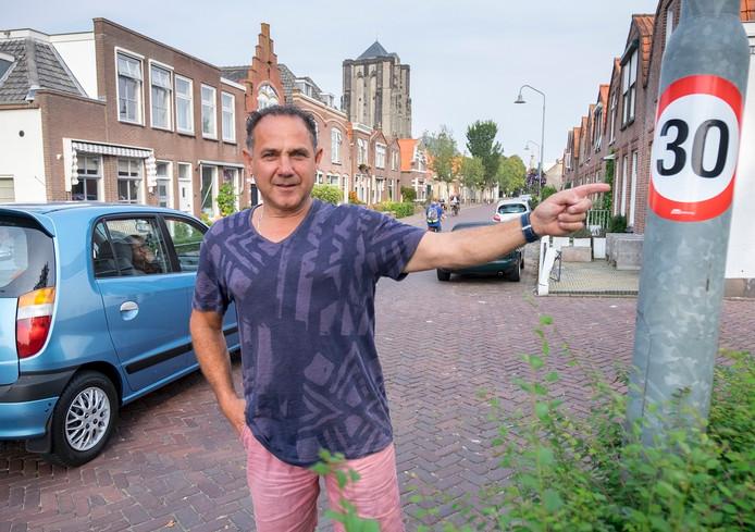Archief: Inwoner Max Laarman bij een opgeplakte sticker in de Weststraat.