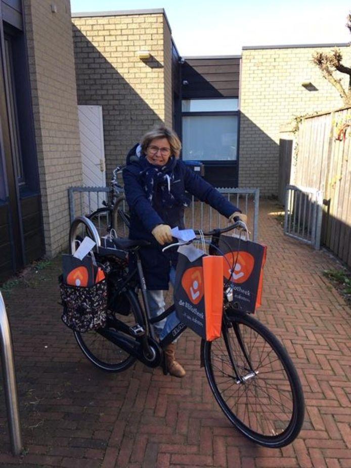 Medewerkers van de bibliotheek Meppel stappen op de fiets of in de auto om de materialen bij de klanten thuis te bezorgen.