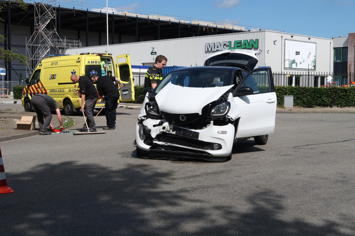 Twee auto's botsen op kruispunt industrieterrein Minervum in Breda.