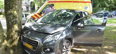 Oudere man knalt met auto tegen boom in Vorden